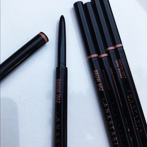 Anastasia Beverly Hills Makeup - 1 dark brown left Anastasia Beverly Hills brow wiz
